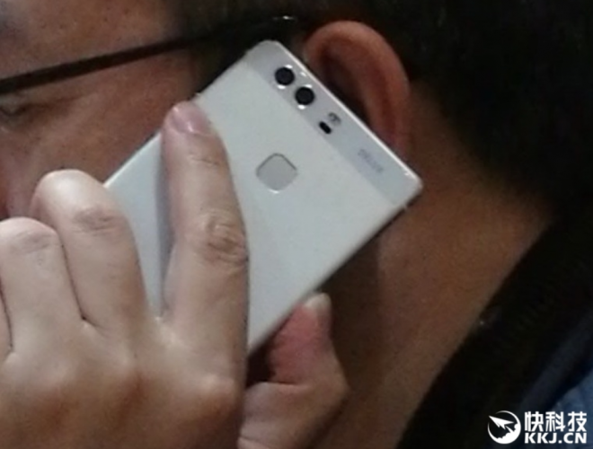 Huawei-president-plays-with-a-dual-camera-phone-that-could-possibly-be-the-Huawei-P9.jpg-660x500