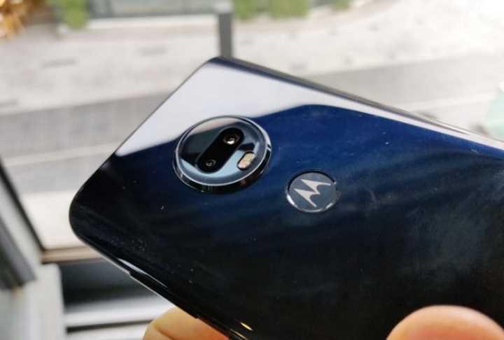 Обзор Motorola Moto G7 Plus (видео) - блок камер